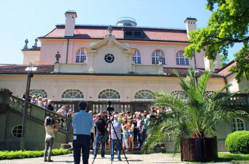 Die Trapp Famile: Gruppenbild vor dem Königlichen Kurhaus