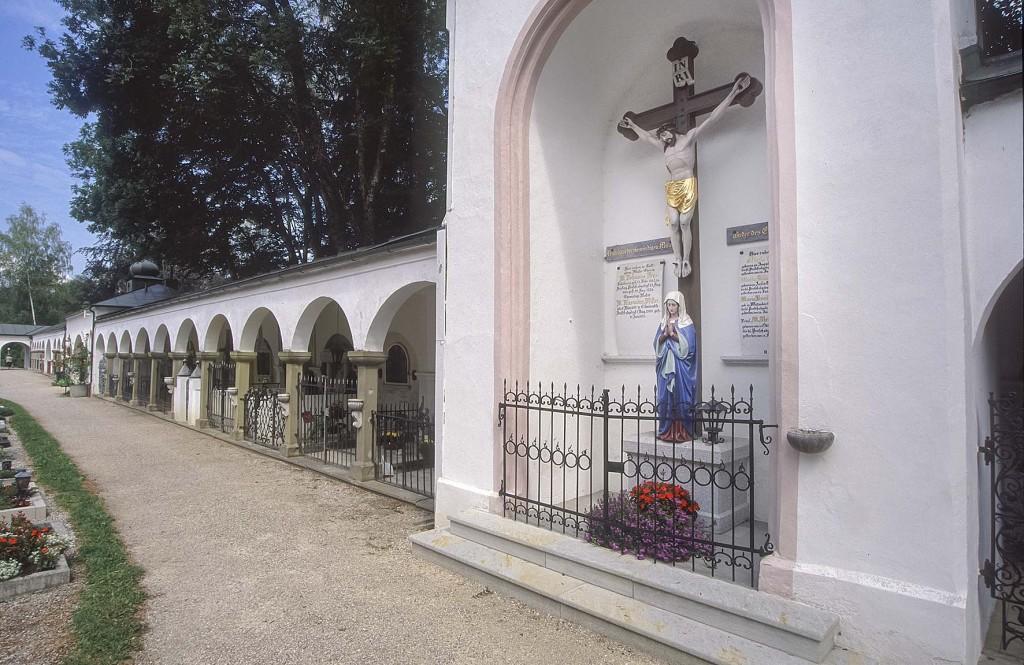Friedhof in Teisendorf unweit der Kirche St. Andreas, Rupertiwinkel, Berchtesgadener Land, Oberbayern, Bayern,