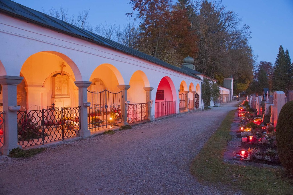 zu Allerheiligen brennen unzählige Grablichter auf dem Friedhof in Teisendorf unweit der Kirche St. Andreas, Rupertiwinkel, Berchtesgadener Land, Oberbayern, Bayern,