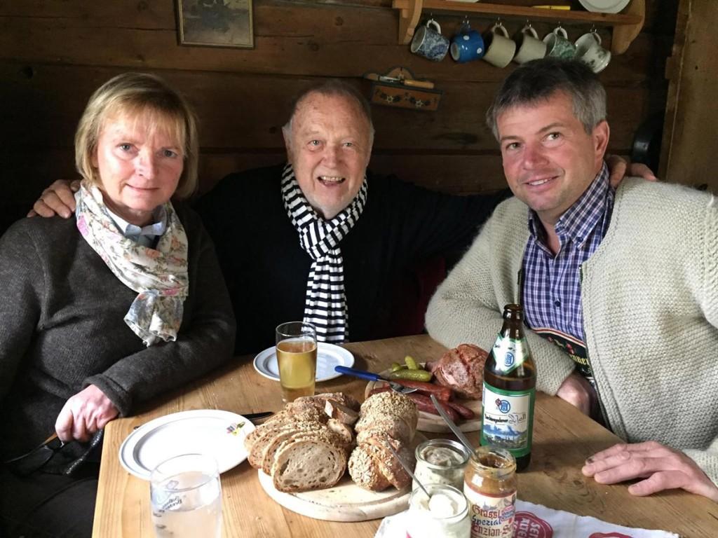 Karin Mergner von der BGLT, Vilsmaier und Hubsi bei der Brotzeit