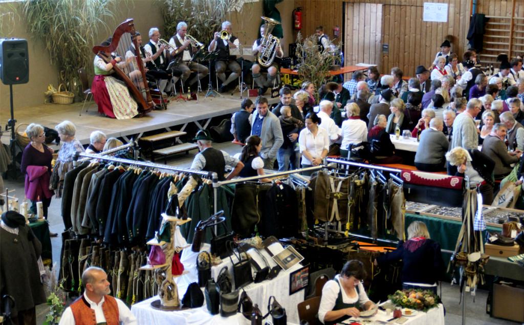 Der Markt lockte den ganzen Tag über zahlreiche Besucher - im Hintergrund spielte unter anderem die Bockstoa Musi