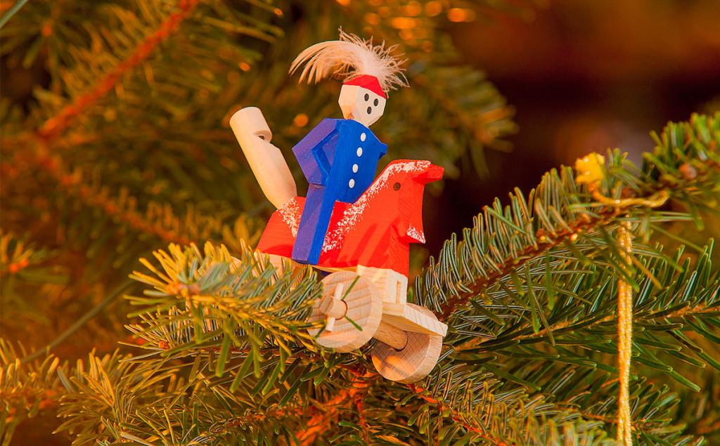 Arschpfeifenrössl- traditioneller Christbaumschmuck aus Holz im Talkessel von Berchtesgaden