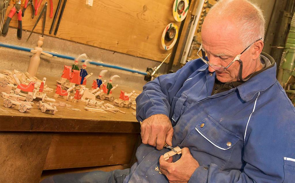 Ein Schnitzer fertigt die Berchtesgadener War in liebevoller Handarbeit an © RoHa-Fotothek Fürmann