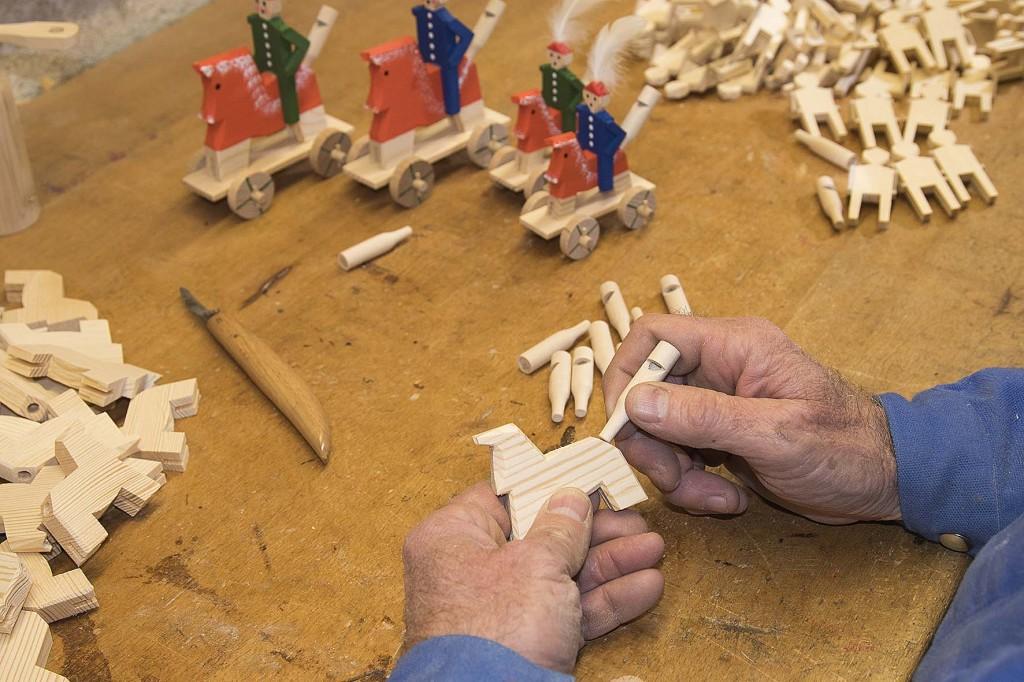 """der Schnitzer bei der Arbeit der bekannten Berchtesgadener Handwerkskunst """"Berchtesgadener Ware"""" - ein ganz besonderer Christbaumschmuck"""