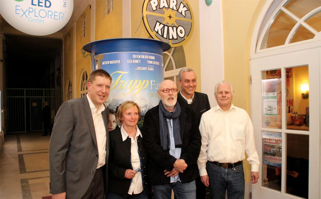 Josef Loibl und Max Berger vom Parkkino (beide außen) mit Regisseur Ben Verbong (mittig) und Karin Mergner und Stephan köhl von der BGLT
