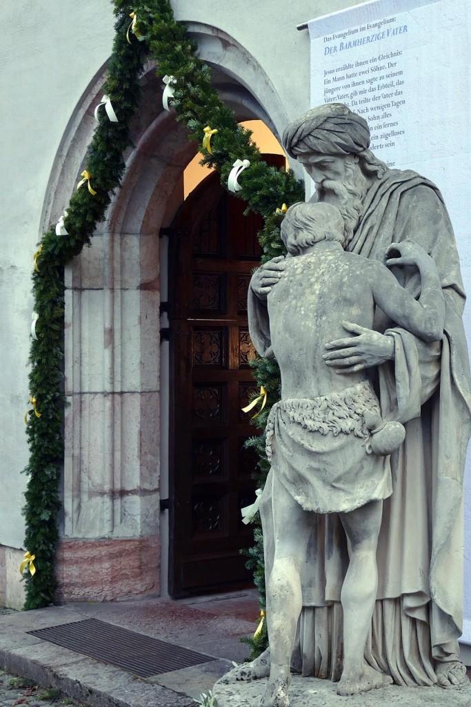 Statue des Barmherzigen Vaters an der Stiftskirche Berchtesgaden