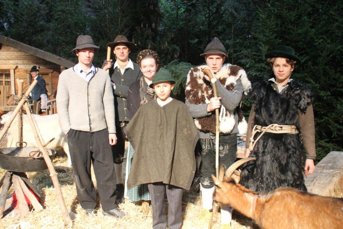 Hirtengruppe aus Weißbach zusammen mit ihren tierischen Darstellern