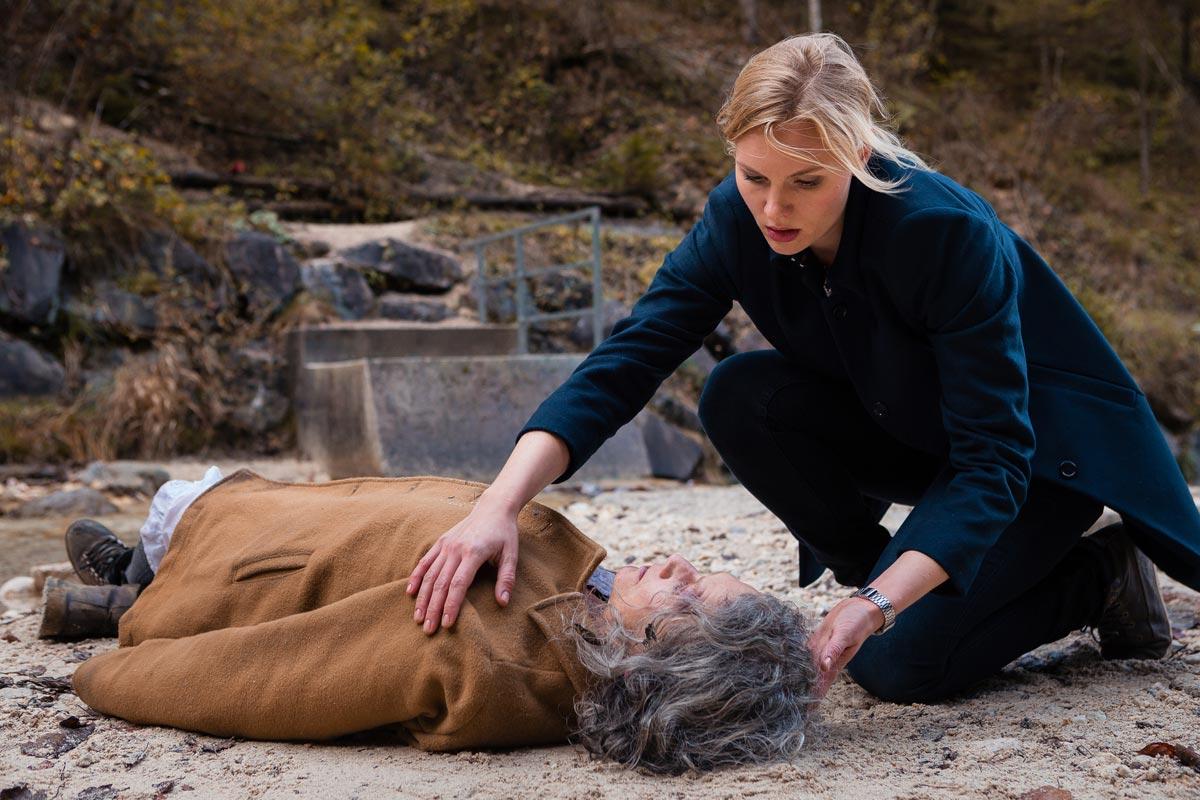 Kommissarin Susanne Landauer (Rosalie Thomass) findet in einer Schlucht die vermisste Patientin, die in der Nacht aus der psychiatrischen Klinik von Dr. Mangold weggelaufen ist © ZDF | Arvid Uhlig