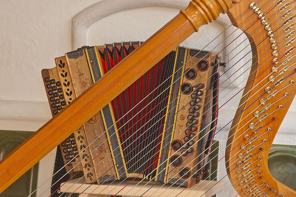 die Harfe und die Ziach (Harmonika), sehr typische und beliebte Musikinstrumente der Volksmusik im bayer- österreichischen Raum, findet Verwendung als Solo- und Gruppeninstrument