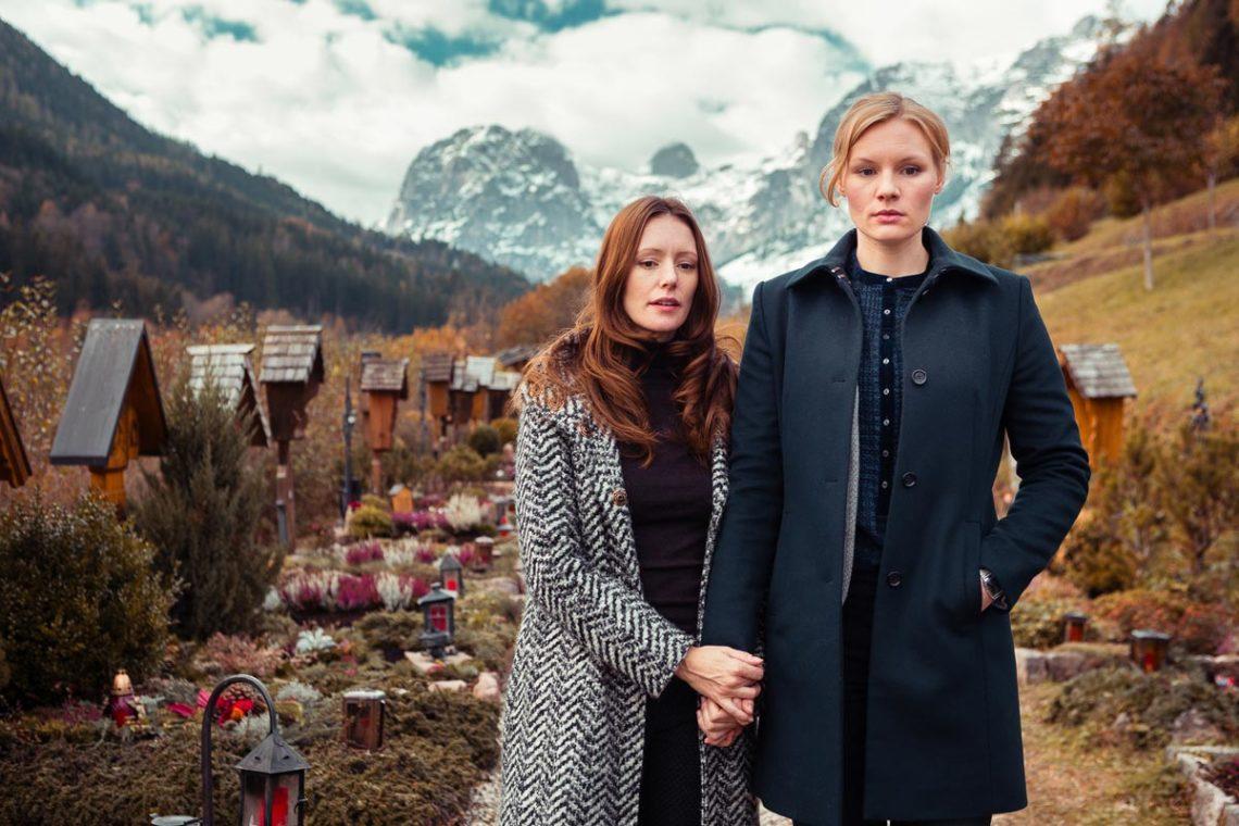 Susanne Landauer (Rosalie Thomass, r.) wird bei der Auflösung des rätselhaften Falls von ihrer Lebens-und Arbeitspartnerin Isabell Fertinger (Lavinia Wilson, l.) unterstützt © ZDF   Arvid Uhlig