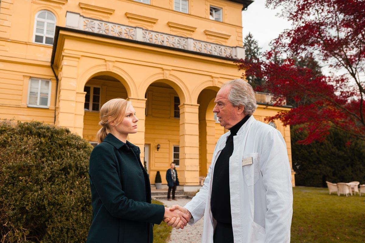 Die Kommissarin erfährt von Dr. Mangold (Friedrich von Thun), dass die tote Patientin vor 25 Jahren im Wald gefunden wurde und ihre Identität nie geklärt werden konnte © ZDF | Arvid Uhlig
