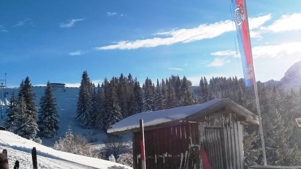 Skihütte in der Sonne