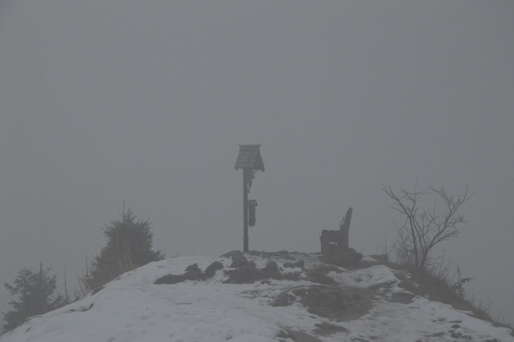 ^Das Grünstein Gipfelkreuz im Nebel