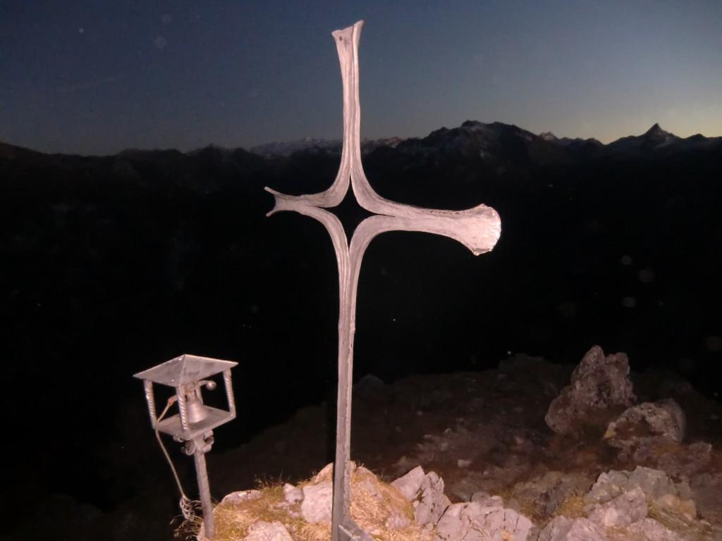 Gipfelkreuz Mooslahnerkopf im Schein der Stirnlampe
