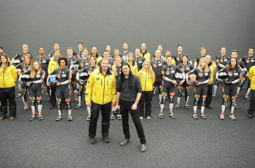 Bob-Nationalmannschaft mit Cheftrainer Christoph Langen (vorne links) und Konzept- und Medienkünstler Martin Höfer (vorne rechts). Foto: BSD