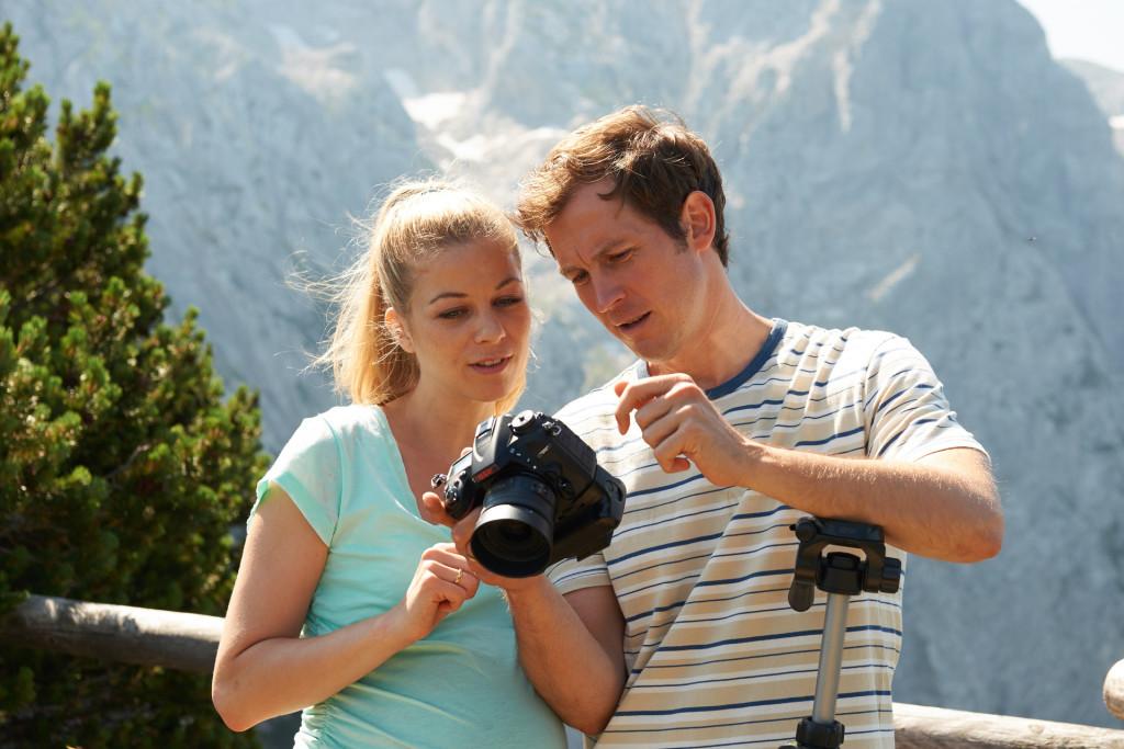 Das Ehepaar Veronika (Hilde Dalik) und Michael Glasner (Stefan Murr) macht Fotos für einen Reisebericht. Veronika ist gut trainiert und traut sich, trotz ihrer Schwangerschaft, noch hoch ins Gebirge © ZDF | Susanne Bernhard