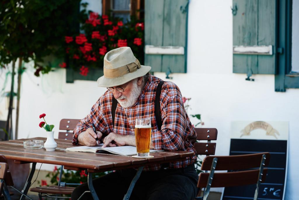 Leopold Lorenz (Fred Stillkrauth) löst Kreuzworträtsel, um sein Gedächtnis zu trainieren © ZDF | Susanne Bernhard