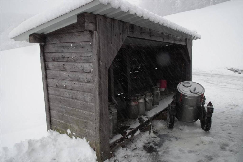 Milchtanks und Kannen im Winter