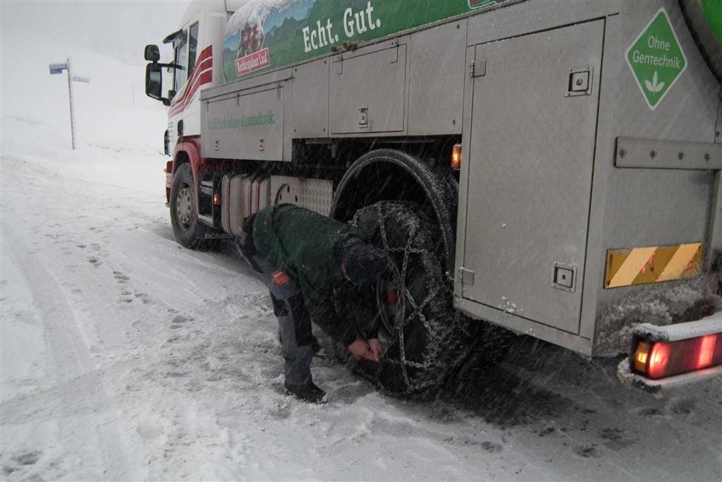 Milchfahrer Franz legt Schneeketten an