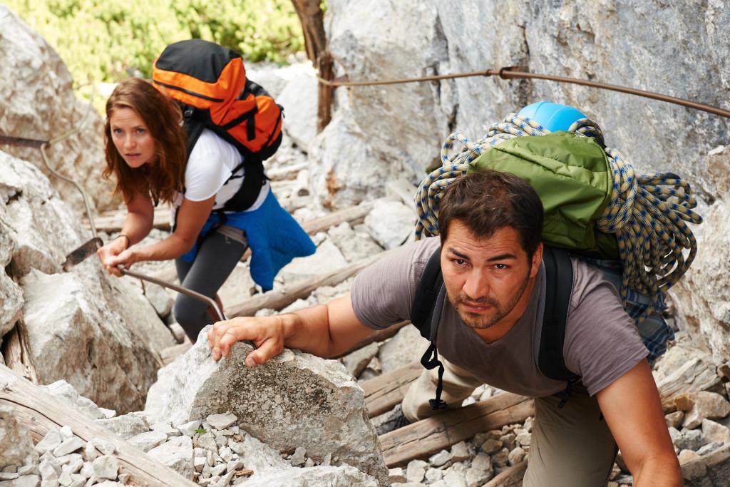 Trotz ihrer Höhenangst muss Lena Lorenz (Patricia Aulitzky) einen Klettersteig bewältigen. Ihr Freund Ersun Hunal (Bülent Sharif) steigt vor und zeigt ihr, wo sie gehen soll © ZDF | Susanne Bernhard