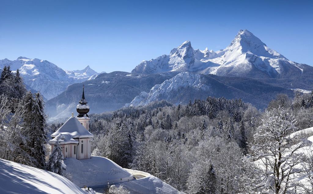 Die Wallfahrtskirche Maria Gern im Winter, dahinter der Watzmann