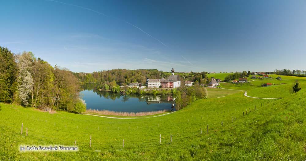 das ehem. Augustinerchorherrnstift Höglwörth am Höglwörther See in der Gemeinde Anger, Rupertiwinkel, Berchtesgadener Land, Bayern