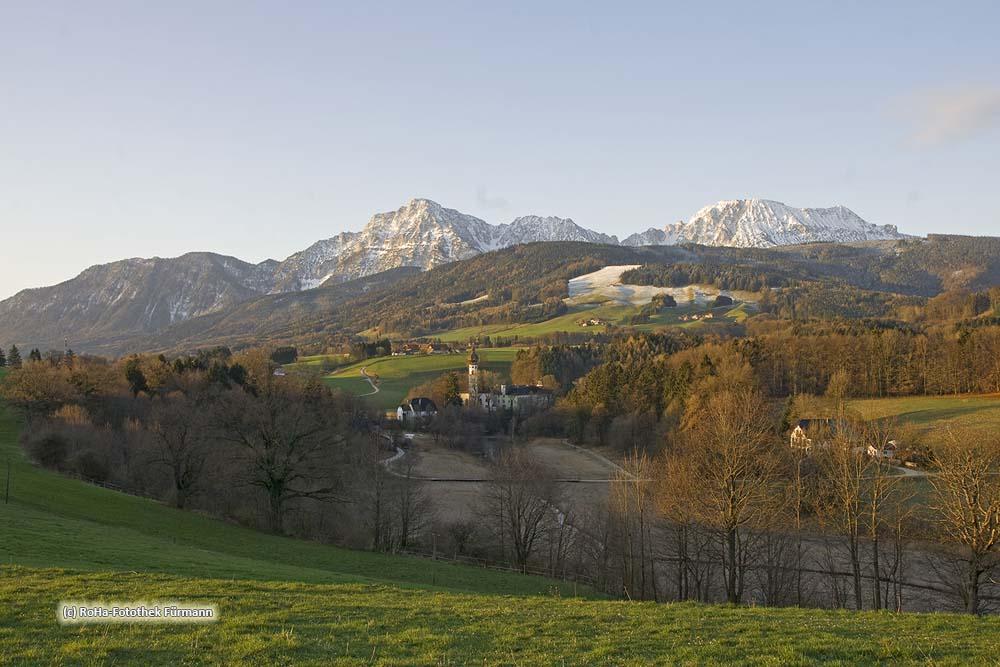 Panorama über Höglwörth im zeitigen Frühjahr mit Hochstaufen und Zwiesel im Hintergrund, Höglwörth ist eine ehem. Augustinerchorherrstift in der Gemeinde Anger, Berchtesgadener Land, Oberbayern