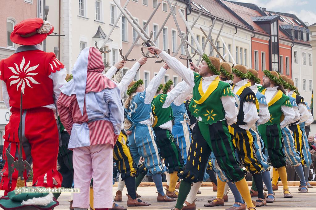 der Schwertertanz auf dem Stadtplatz von Traunstein - alljährlich am Ostermontag