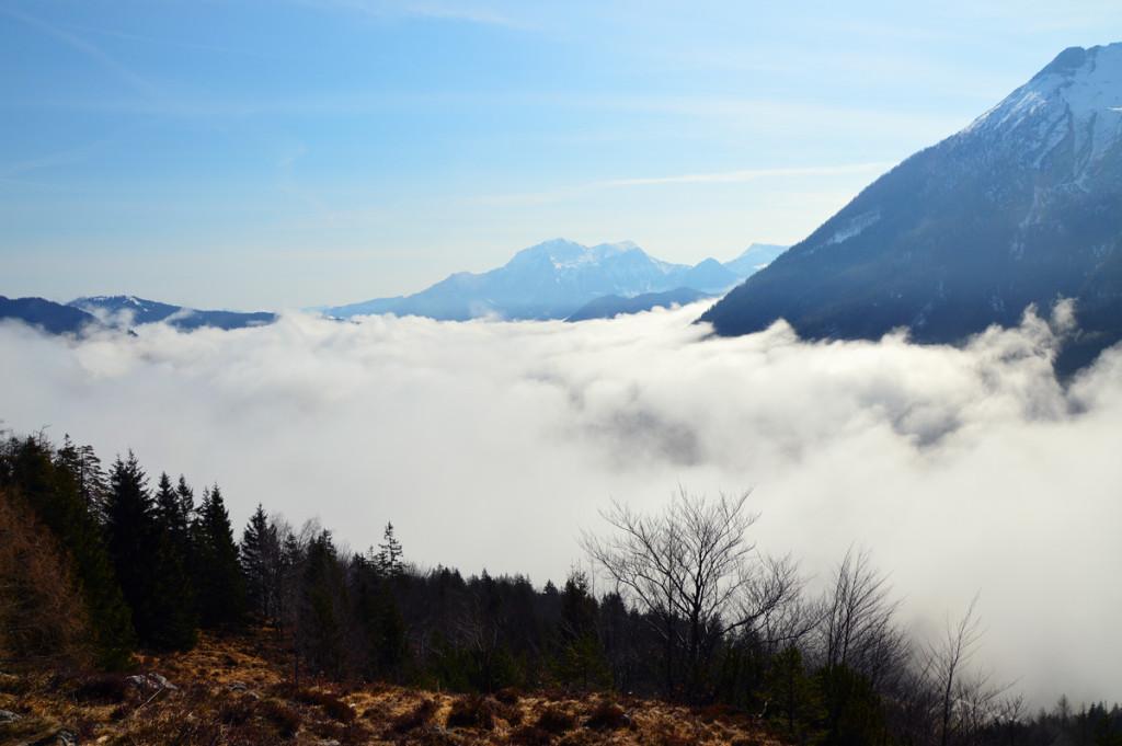 Nebel im Tal, Sonne auf den Bergen