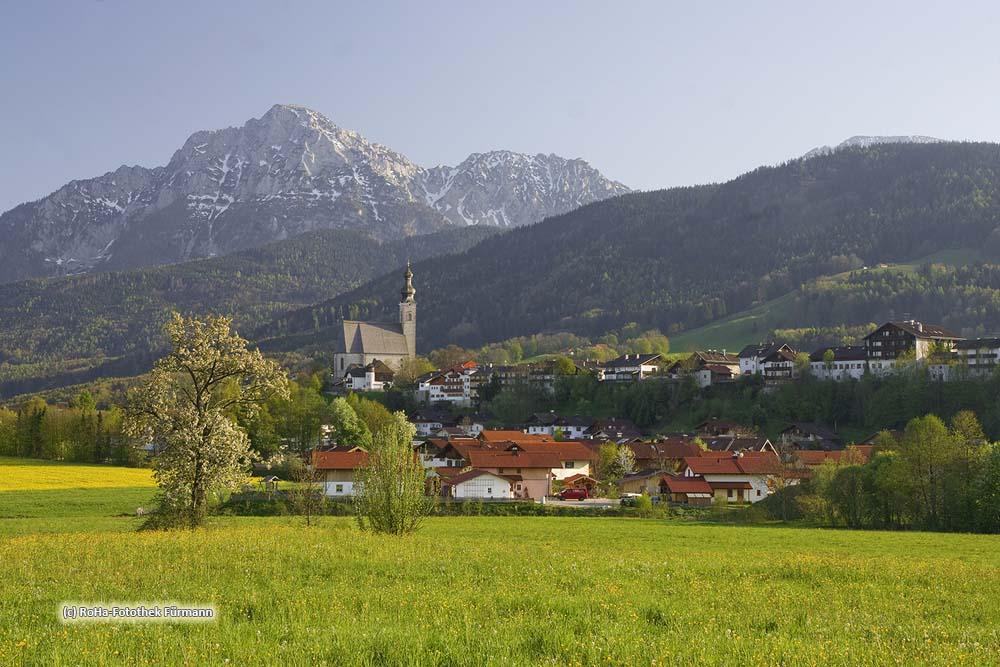 """die Kirche Maria Himmelfahrt von Anger, dem """"schönsten Dorf in meinem Königreiche"""", wie es König Ludwig nannte, mit dem Hochstaufen und Zwiesel im Hintergrund, Berchtesgadener Land, Rupertiwinkel, Oberbayern"""