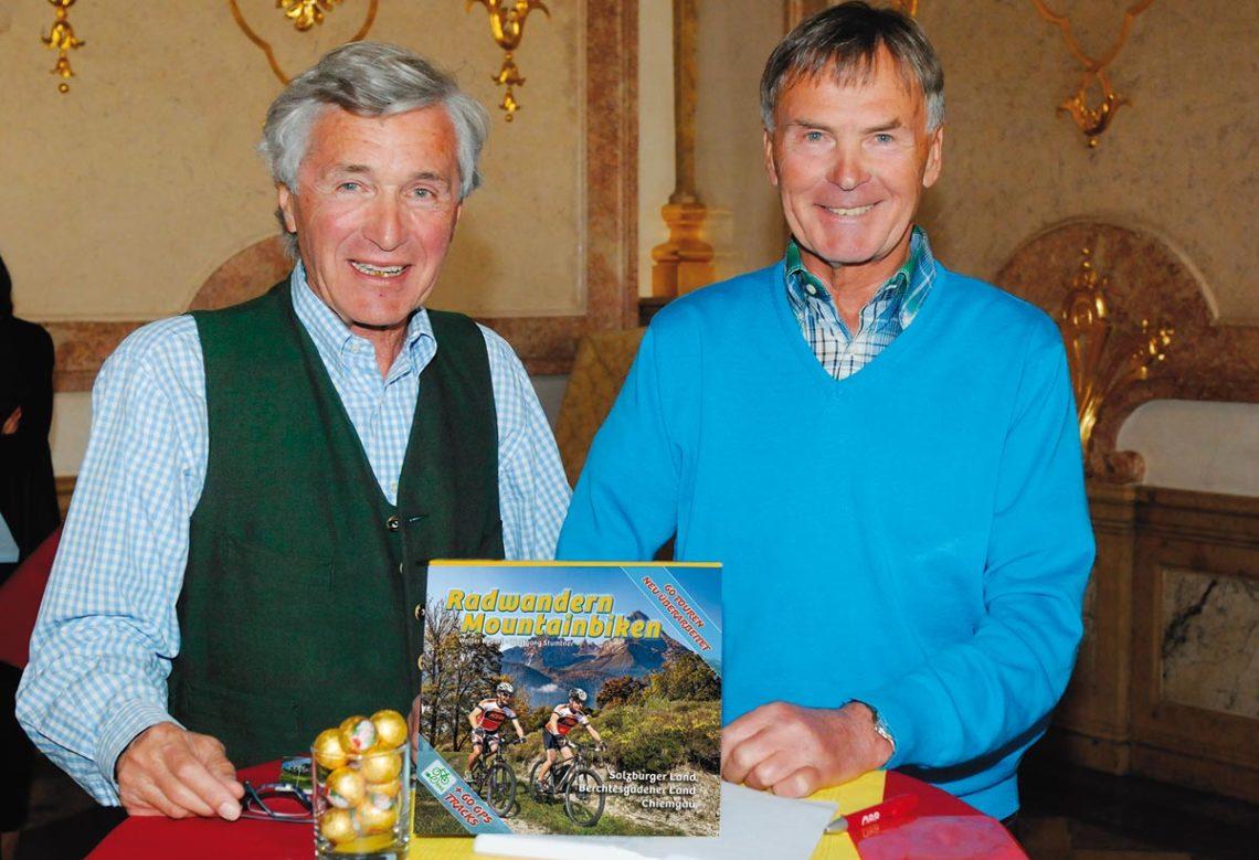 Wolfgang Stumtner (links) und Walter Köberl (rechts) mit der 4. Auflage des Radwander- und Mountainbike Führers