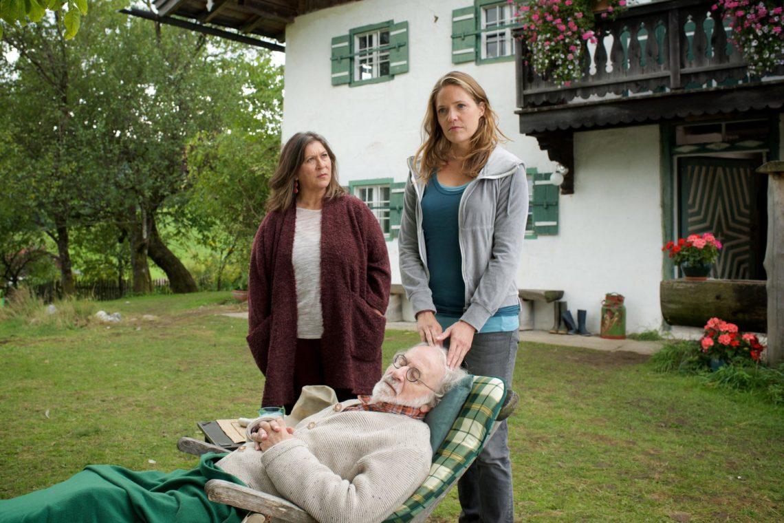 Drehort Marktschellenberg: Eva (Eva Mattes), Opa Leo (Fred Stillkrauth) und Lena Lorenz (Patricia Aulitzky) © ZDF Bernd Schuller: