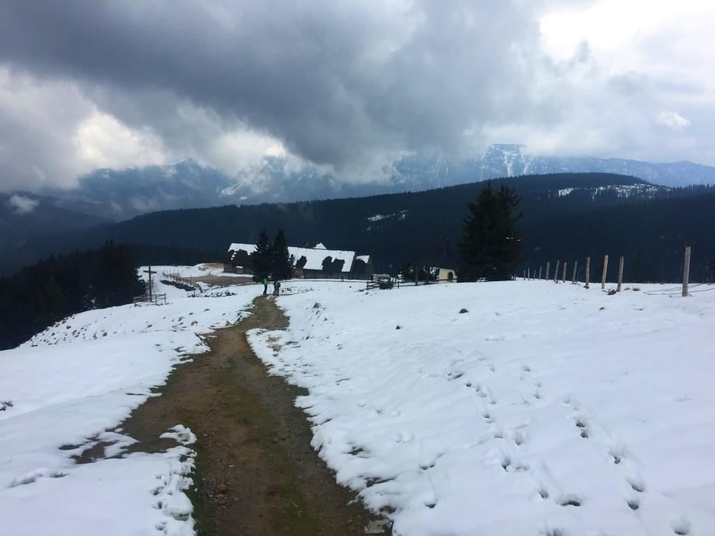 Staufen und Zwiesel verstecken sich hinter der Hütte in den Wolken