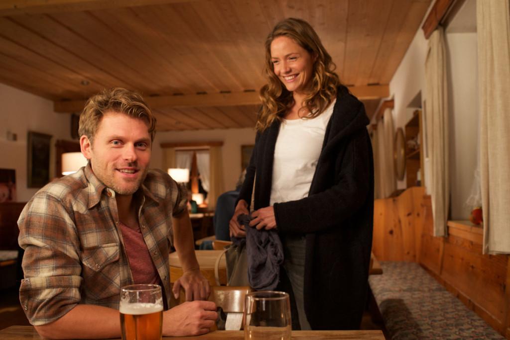 Lena (Patricia Aulitzky) trifft im Almwirt auf Quirin Pankofer (Jens Atzorn) © ZDF Walter Wehner