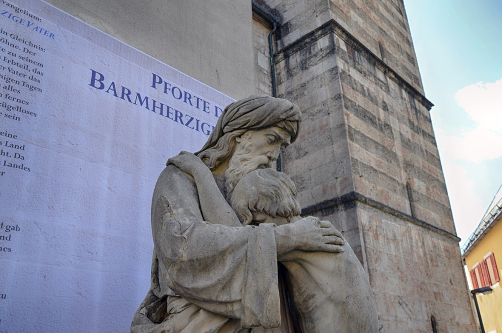 Statue des Barmherzigen Vaters an der Heiligen Pforte der Stiftskirche Berchtesgaden