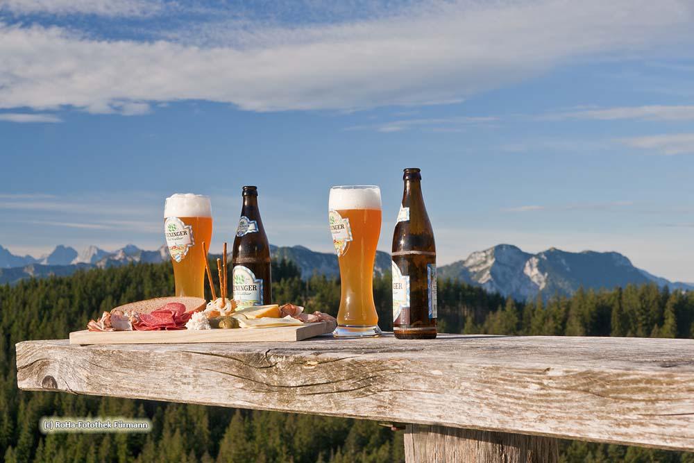 """Brotzeit auf der Stoißeralm auf dem Teisenberg (1334m) mit dem Panorama der Alpen im Hintergrund, Berchtesgaden Alpen, ein """"Magnet"""" für Wanderer und Mountainbiker"""