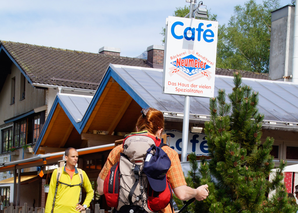 Direkt an der Hauptstraße gelegen lohnt sich die Bäckerei Neumeier vor der Tour, um Brotzeit einzukaufen und anschließend für eine süße Stärkung.