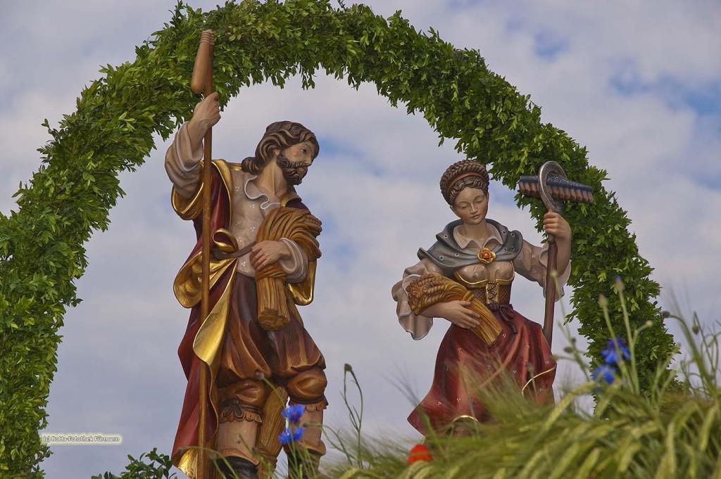 die Bauernheiligen Notburga und Isidor beim traditionellen Leonhardiritt in Holzhausen - Teisendorf, Oberbayern, der Umritt ist erstmals urkundlich erwähnt 1612, dabei werden die wunderschön herausgeputzten Pferde gesegnet, Deutschland