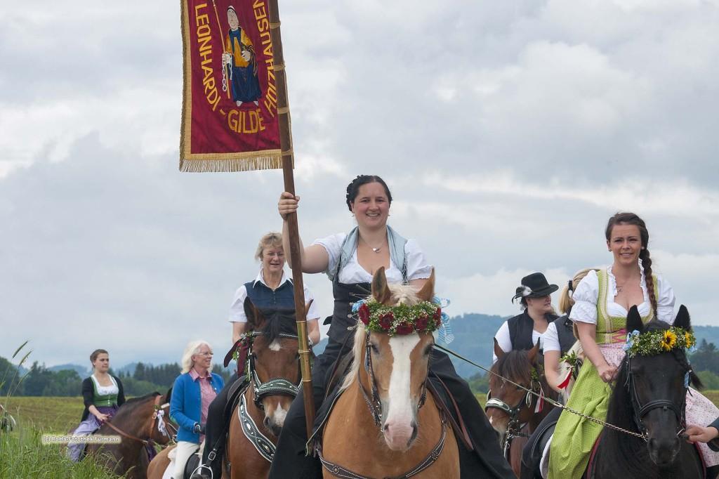 der traditionelle Leonhardiritt in Holzhausen - Teisendorf, Oberbayern, der Umritt ist erstmals urkundlich erwähnt 1612, dabei werden die wunderschön herausgeputzten Pferde gesegnet, Deutschland