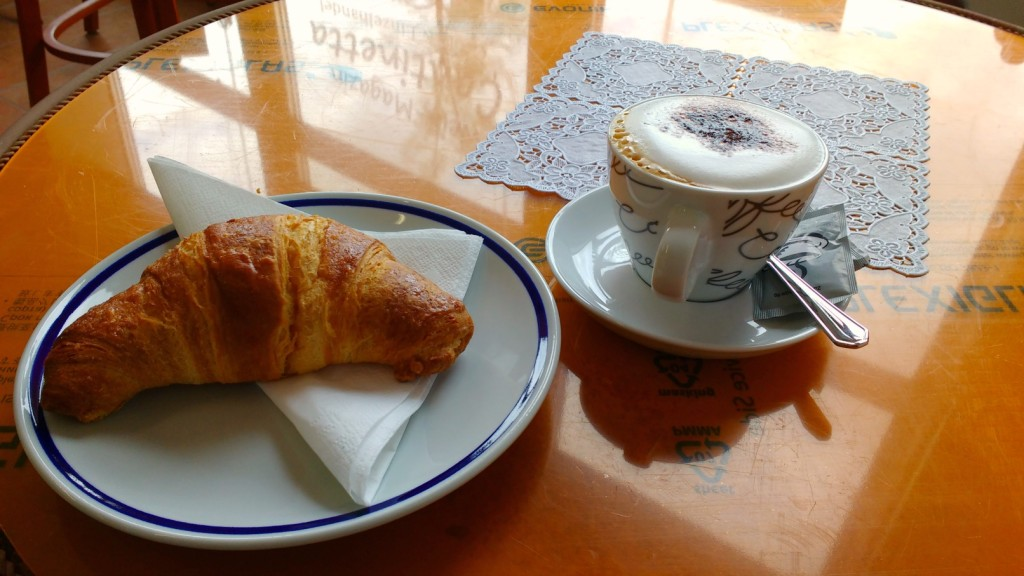 Cappuccino und Brioche.