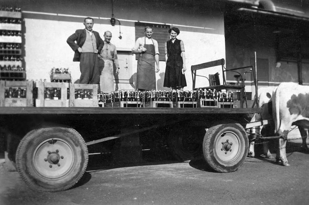 """der """"Ochsen-Andre"""" Andreas Mösenlechner fährt im Ort Teisendorf mit seinem Gespann das Bier zu den Wirtschaften aus Er kommt als Stallknecht 1939 zur Brauerei Wieninger - später arbeitet er als """"Fuhrmann"""" bis in die 1960er Jahre und bringt das Bier in die Wirtschaften, ist aus dem Marktbild der damaligen Zeit nicht wegzudenken"""