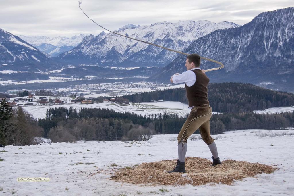 das Aperschnalzen im Rupertiwinkel, ein Brauchtum, mit dem der Winter ausgetrieben werden soll, Berchtesgadener Land, Oberbayern Stoißer-Achental Schnalzen auf der Strobl Alm - Högl mit den Gemeinden Anger - Aufham und Piding die Pidinger Pass