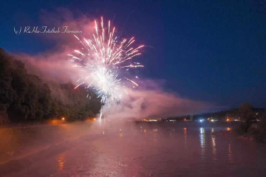 """das Feuerwerk - der""""Sunnawendhansl"""" für das Sonnwendfeuer in Laufen a.d. Salzach, auf dem Fluss schwimmen an die 3000 brennende Kerzen und kleine Feuer brennen am Ufer von Obersdorf, grenzüberschreitend Österreich und Bayern"""