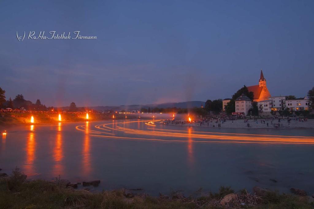 """der""""Sunnawendhansl"""" für das Sonnwendfeuer in Laufen a.d. Salzach, auf dem Fluss schwimmen an die 3000 brennende Kerzen und kleine Feuer brennen am Ufer von Obersdorf, grenzüberschreitend Österreich und Bayern"""
