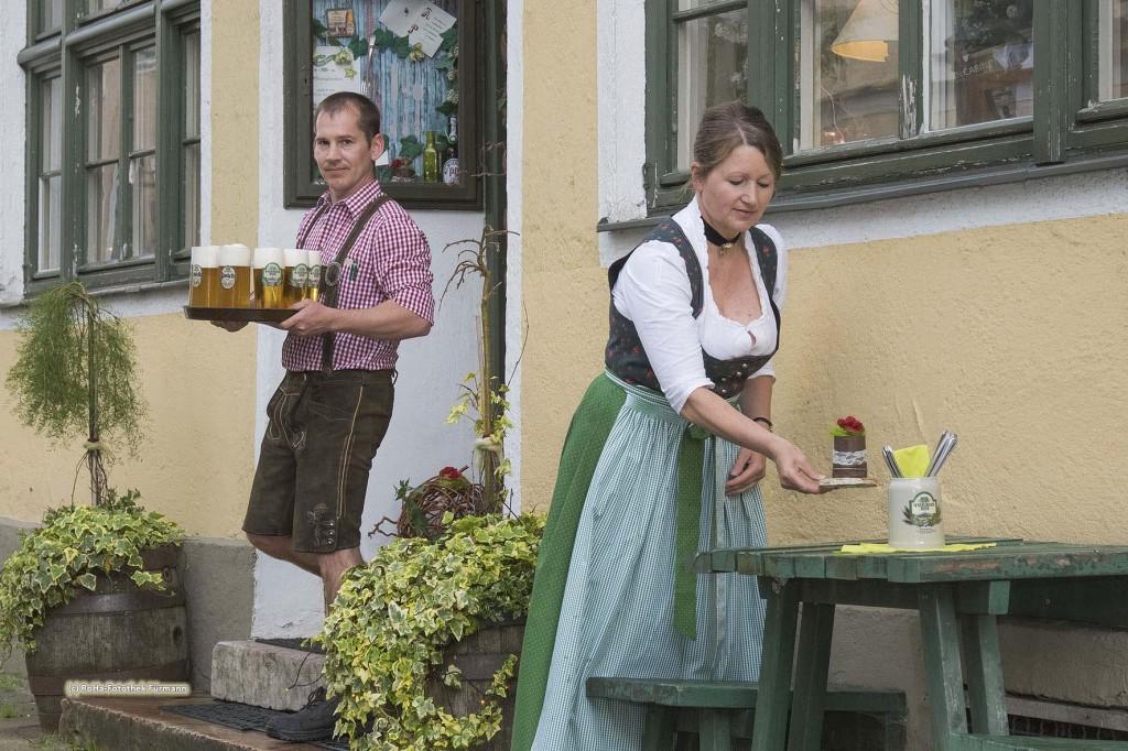 Die Wirtsleute Martin und Gerti Schuhbeck vor dem Gastho Alte Post in Teisendorf