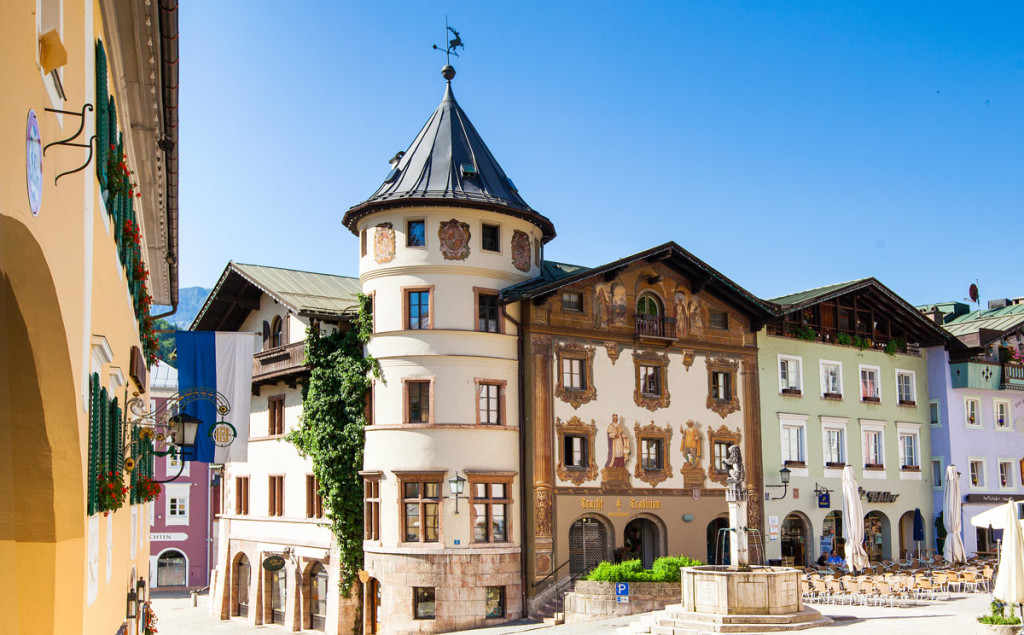 Der Marktplatz Berchtesgaden mit Hirschenhaus und Marktbrunnen