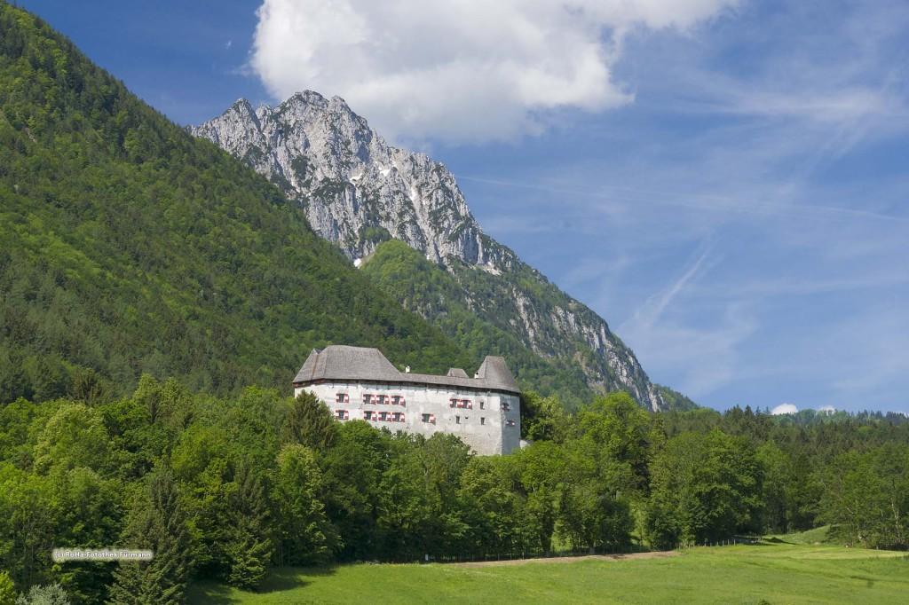 das Schloß Staufeneck in der Gemeinde Piding mit dem Hochstaufen im Hintergrund, Berchtesgadener Land, Oberbayern, Deutschland