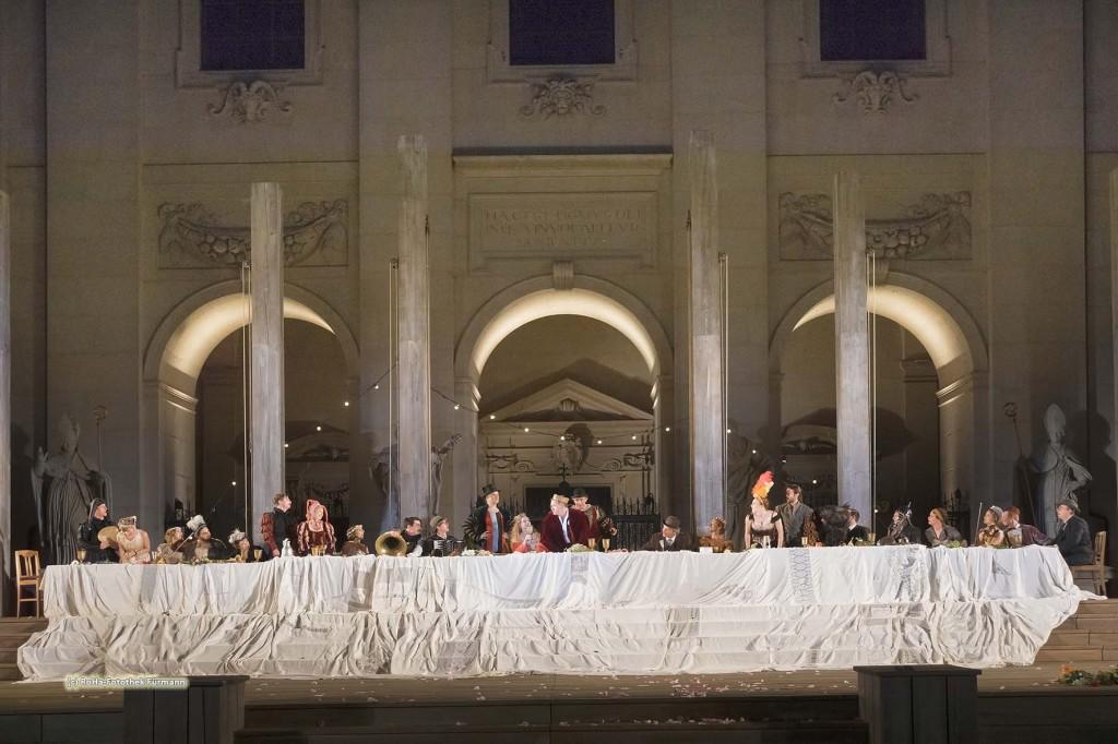 """""""Jedermann"""" das Spiel um das Sterben des reichen Mannes, das Eröffnungsschauspiel der Salzburger Festspiele auf den Stufen des Domes"""