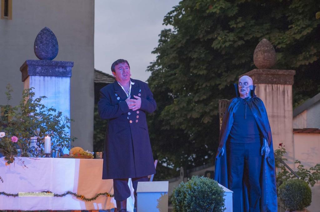 Jedermann - das Spiel um das Sterben des Reichen Mannes - die Theater ist in der bayerischen Fassung aufgeführt in Saaldorf auf der Freilichtbühne vor der Pfarrkirche St. Martin