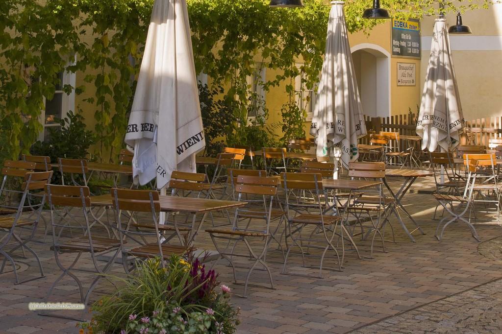 der Hinterhof der Alten Post in Teisendorf mit Biergarten - Teisendorf liegt im Landkreis Berchtesgadener Land, Oberbayern, Deutschland